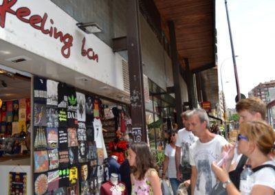 Turistes embadalits davant una botiga de souvenirs